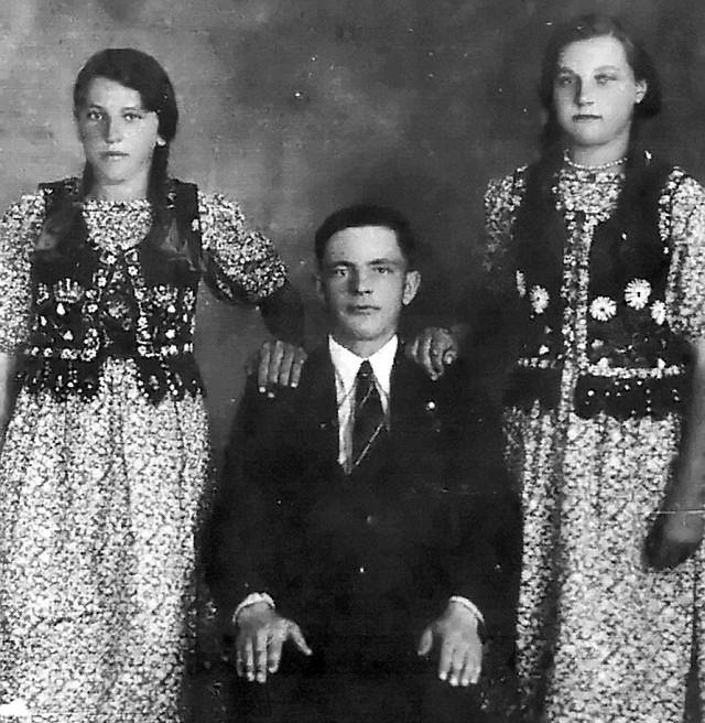 Z lewej Maria Szynklarz. W środku kolega Michał, zamordowany później przez banderowców