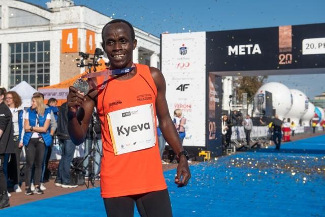 Zwycięzca ostatniej edycji poznańskiego maratonu, Kenijczyk Cosmas Kyeva, prezentuje pamiątkowy medal. Jego filmowa prezentacja zdobyła uznanie specjalnego jury.