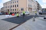Specjalne maty przykryły ulice Leśną i Kapitulną w Kielcach. Mają zabezpieczyć nawierzchnię [ZDJĘCIA]