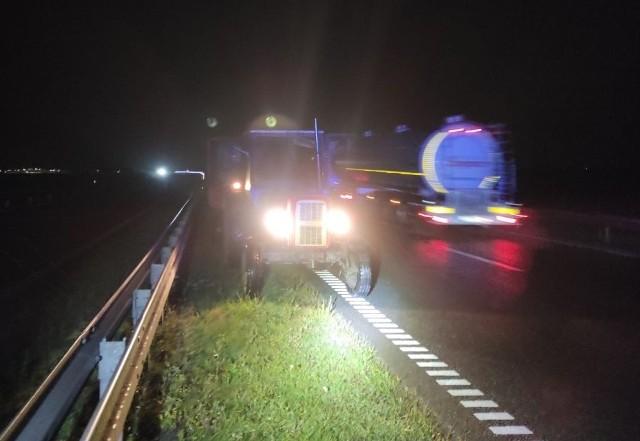 Nietrzeźwy kierowca prowadził, pod prąd, traktor po inowrocławskiej obwodnicy