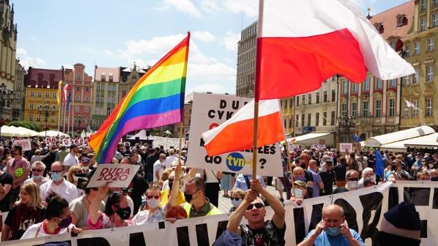 Zwolennicy i przeciwnicy Andrzeja Dudy we Wrocławiu