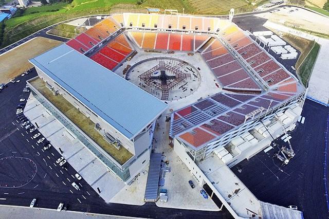 Korea Południowa wyda na organizację igrzysk ok. 13 mld dolarów. Część z tej kwoty pochłonęła budowa lub modernizacja obiektów sportowych. Na tych arenach o olimpijskie medale walczą polscy sportowcy.35-tysięczny Pyeongchang Olympic Stadium kosztował 100 mln dolarów. Odbyła się się tam ceremonia otwarcia, odbędzie się zamknięcie igrzysk olimpijskich oraz paraolimpijskich, a później zostanie rozmontowany.