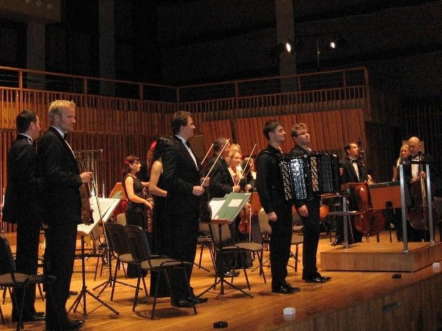 """""""Muzyczna"""" ma prawdziwych wirtuozów- w środku akordeoniści Piotr Zarzyka i Bartosz Kołsut."""