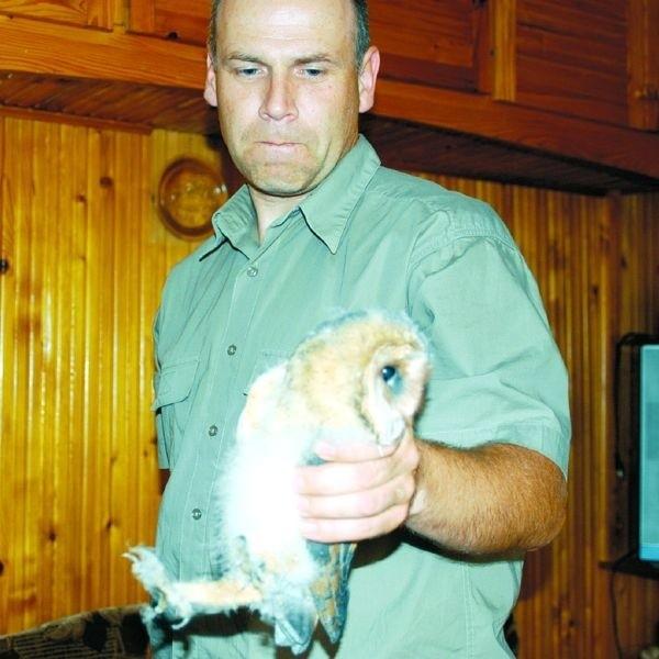 - Płomykówki żyją obok ludzi, a ludzie nie potrafią zrozumieć ich dzikiej natury. Może po tym przypadku sowy wrócą na te osiedle - mówi Artur Wiatr z BPN.