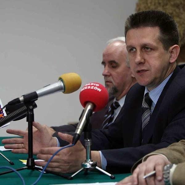 - Marszałek Cholewiński musi odejść - mówili podczas wczorajszej konferencji działacze PSL