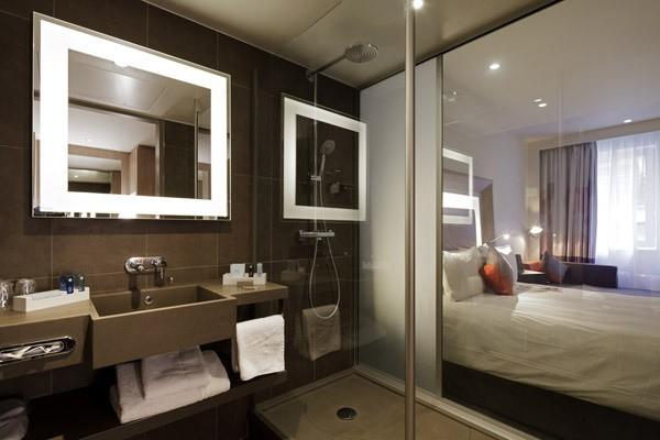 W ośmiu hotelowych pokojach pojawi się specjalny szklany panel między łazienką z pokojem.