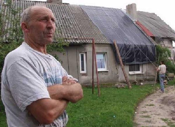 Rodzinie i sąsiadom państwa Małek wciąż  trudno uwierzyć w to co się stało. w ciągu kilku  sekund wiatr zerwał kilgadziesiąd metrów dachu.  Na zdjęciu, po lewej Kazimierz Kufel.