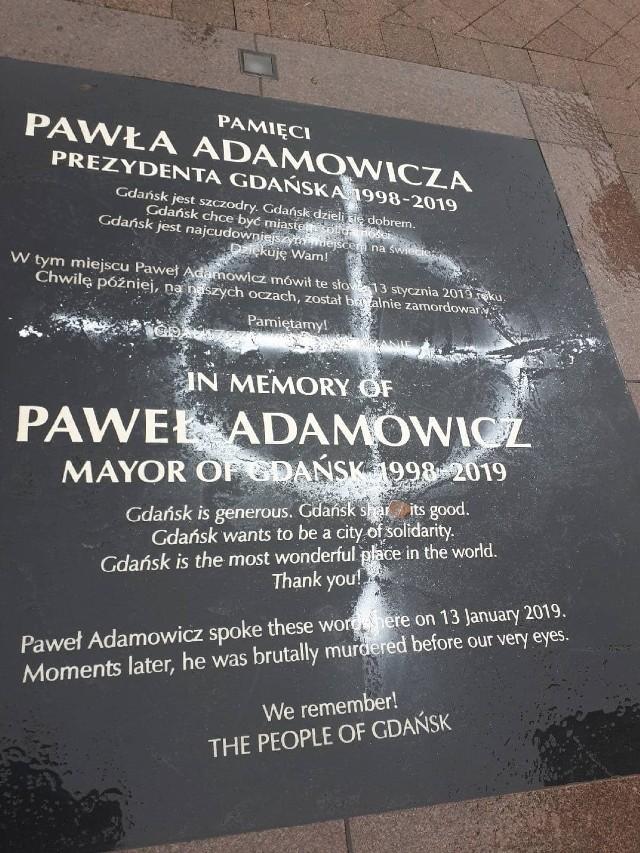 Zdewastowano tablicę upamiętniającą Pawła Adamowicza