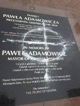 Gdańsk: Zdewastowano tablicę pamięci prezydenta Pawła Adamowicza. Młoda kobieta zatrzymana. Na tablicy namalowała krzyż celtycki
