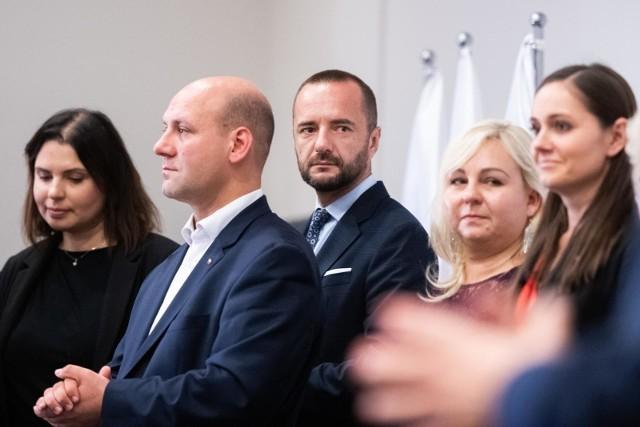 Jarosław Pucek (w środku) na wieczorze wyborczym PiS w Poznaniu wiedział już, że choć mandatu senatora nie zdobędzie, i tak został zwycięzcą.