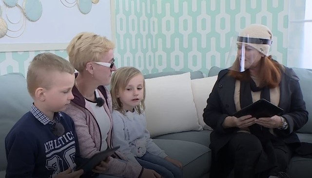 Pani Halina wraz z wnukami oraz Katarzyną Dowbor w czasie w nowym, wyremontowanym już domu.