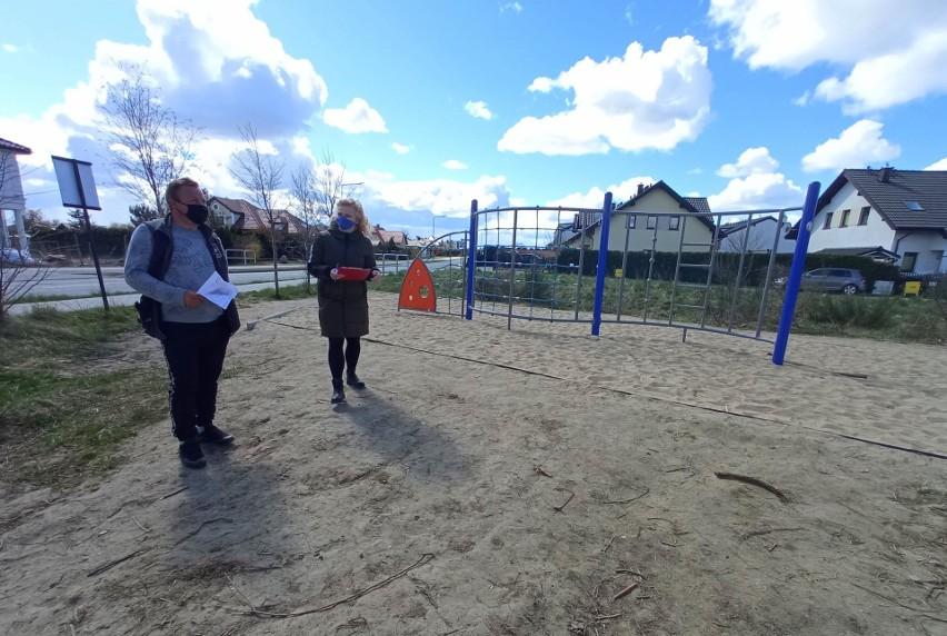 Rozbudowa placu zabaw w Kobylnicy. Nowe ogrodzenie i urządzenia do zabaw