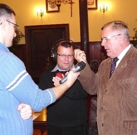 Podczas programu Spęcie burmistrz Tadeusz Dubicki (z prawej) zapewniał red. Roberta Gromadzkiego (w środku), że teraz spółka działa prawidłowo.