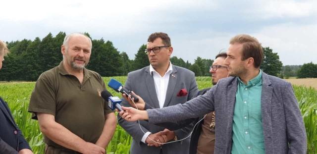 Konferencja PSL odbyła się w gospodarstwie Grzegorza Karpiuka (z lewej) w Straszewie