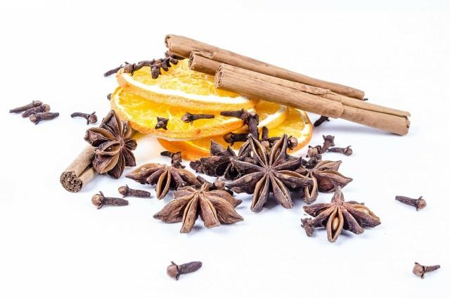 Anyż gwiazdkowy to aromatyczna przyprawa o korzennym zapachu. Świetnie wzbogaci herbatę lub grzane wino.