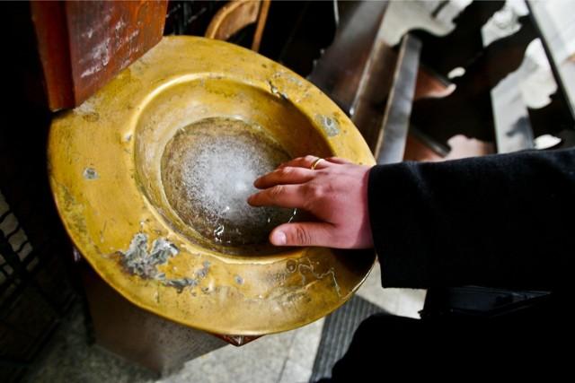 Wierni zastanawiają się, czy obostrzenia związane z koronawirusem będą dotyczyły też kościoła.