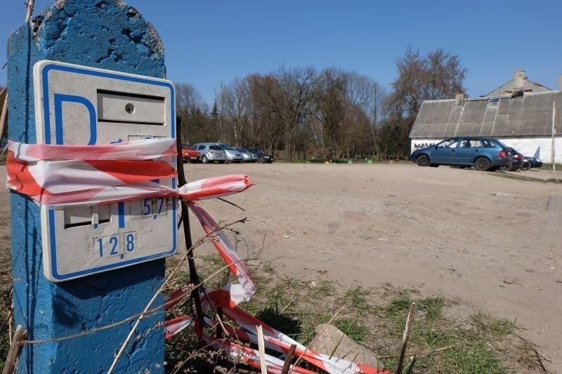 W piątek prywatny teren obok Motopubu w Białymstoku został ogrodzony biało-czerwoną taśmą. Ma tu powstać płatny parking. Jednak większość kierowców nadal będzie szukać darmowych miejsc postojowych