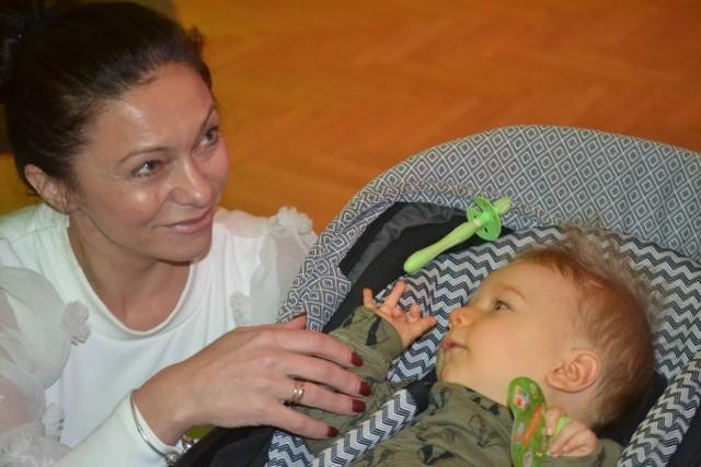 """Dorota z Kacperkiem, jednym z dzieci, któremu pomaga """"Licytuje-Pomagam"""""""