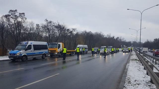 Spóźnienia do pracy, szkoły, szpitala, na spotkania czy samolot – takie konsekwencje poniedziałkowej akcji policji na ul. Niestachowskiej zgłaszali nam czytelnicy.