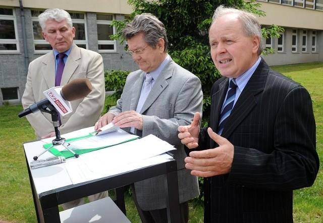PSL swoją kampanię zainaugurowało przed budynkiem Uniwersytetu Szczecińskiego. Od lewej: Zygmunt Dziewguć, radny sejmiku i kandydaci do Parlamentu Europejskiego: Andrzej Matyjaszek i Józef Frąś.