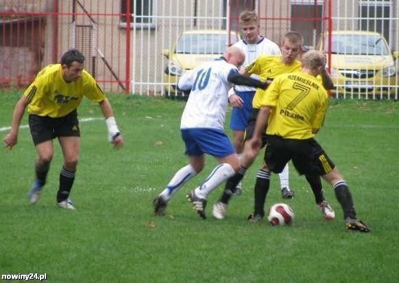 Daniel Popiela (pierwszy z lewej) jest wychowankiem Unii Tarnów, kiedyś grał w Stali Rzeszów. Obecnie jest graczem Rzemieślnika Pilzno.
