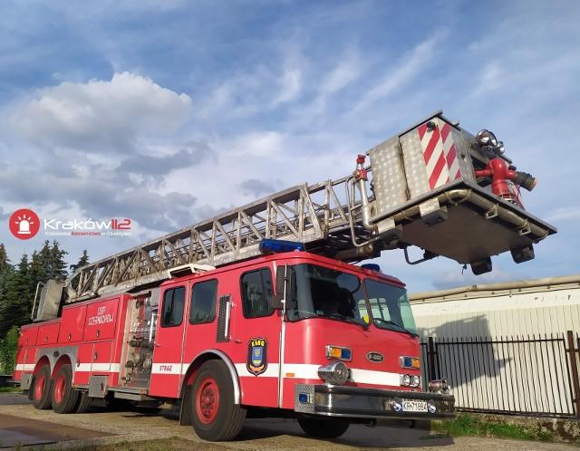 Amerykański E-One z 30-metrowa drabiną, zbiornik wodny o pojemności prawie 800 litrów. Pojazd ma 27 lat  i po służbie w PSP Kraków teraz trafił do Czernichowa