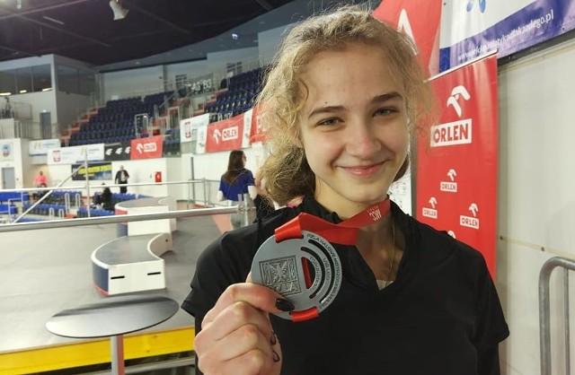 Lekkoatleci Optimy Radom zdobyli dwa srebrne medale na mistrzostwach Polski juniorów w Toruniu. Julia Adamczyk (na zdjęciu) zdobyła srebro w skoku w dal do lat 18. Julia uzyskała wynik 5.66 metra. Do złota zabrakło 9 centymetrów. Mistrzynią Polski została Anna Rugowska z WLKS Wrocław z wynikiem 5.75 metra.Wicemistrzem Polski do lat 20 został Mateusz Gos w biegu na 3000 metrów. Uzyskał czas 8.30.98 minuty. Mistrzem Polski została Michał Zieleń z Technika Trzcinica z wynikiem 8.30.66 minuty.Zarówno Julia Adamczyk jak i Mateusz Gos, są podopiecznymi trenera Artura Błasińskiego.Zobacz zdjęcia radomskich medalistów>>>