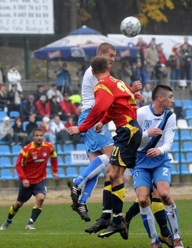 Wszystkie trzy mecze z Flotą w pierwszej lidze gorzowianie (w czerwonych koszulkach, fragment październikowego spotkania w Świnoujściu) przegrali. Czy dziś GKP przełamie złą pasę?