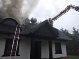 Pożar domu we wsi Frącki (gm. Giby). Ogień strawił dach [Zdjęcia]