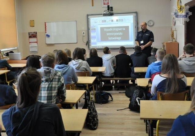 W Gimnazjum nr 2 w Bytowie policjanci rozmawiali z uczniami o dopalaczach i cyberprzemocy.