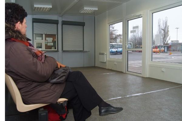 Krzesła dla pasażerów w poczekalni przy ul. Węglowej