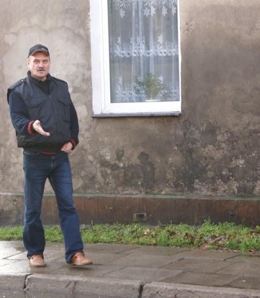 - Ściana jest już czarna. Tak samo wyglądają moje okna po tym, jak w czasie deszczu przejedzie tędy samochód - mówi Julian Drałus. - Jak mam tu mieszkać?