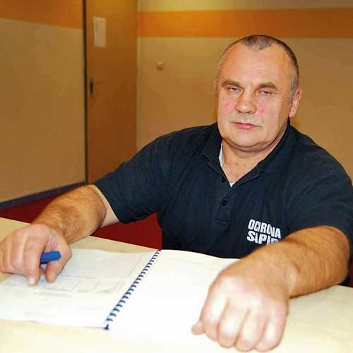 Tadeusz Matulewicz jest jednym z trzech ochroniarzy, którzy w wyniku zmian organizacyjnych stracą pracę na pływalni. Ludzi mają zastąpić kamery.