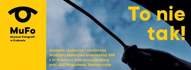 """Wystawa plenerowa """"To nie tak!"""" jest efektem współpracy Muzeum Fotografii w Krakowie i studentów Wydziału Malarstwa krakowskiej ASP."""