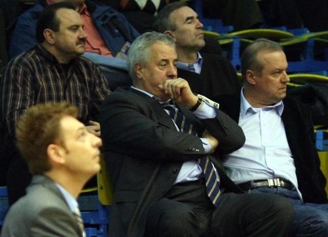 Gasper Okorn, trener, Maciej Kobyliński, prezydent Słupska oraz Andrzej Twardowski, prezes Czarnych.