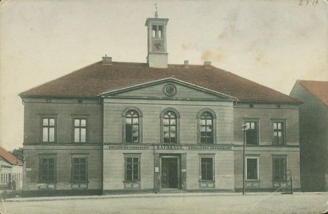 - Ratusz z 1849 roku, południowa strona rynku; pocztówka z 1917 roku z kolekcji Gerarda Wonsa. Ratusz nie został zniszczony w 1945 roku. Zachował swój neoklasycystyczny wygląd.