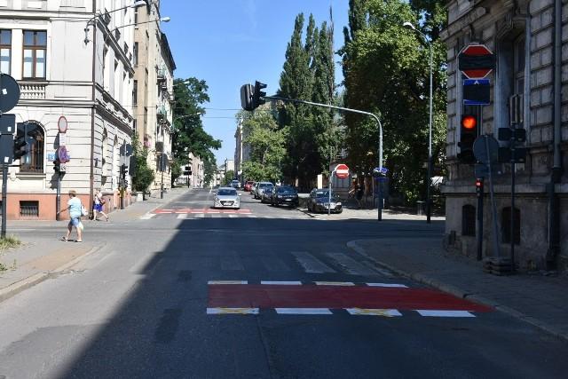 Skrzyżowanie ul. Wólczańskiej z ul. Zieloną - oznakowanie poziome już zostało namalowane, jest nowy sygnalizator, od dziś obowiązywać będą zasłonięte jeszcze wczoraj znaki.