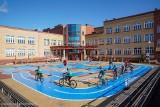 """Przy SP 12 w Białymstoku powstało miasteczko ruchu drogowego. Dyrekcja i uczniowie: """"to spełnienie naszych marzeń"""""""