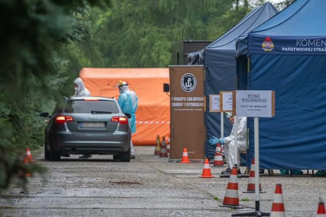 Osoby objęte badaniami muszą własnym samochodem podjechać na parking przy ul. Wiśniowieckiego. Jeżeli ktoś nie dysponuje własnym autem, może skorzystać z mobilnej karetki, która podjedzie pod wskazany adres.