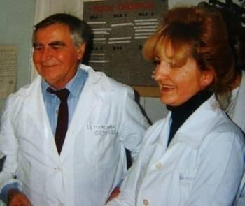Dr Kazimierz Marczyński w szpitalu, w towarzystwie pielęgniarki oddziałowej Henryki Ratoń-Malec Zdjęcia z archiwum domowego Henryki Ratoń-Malec
