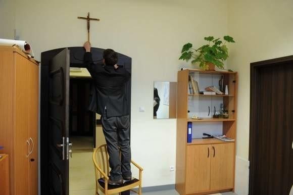 Na czas remontu sali obrad Urzędu Miasta w Kędzierzynie-Koźlu krzyż wisiał w jednym z zastępczych pomieszczeń. Wszystko wskazuje jednak na to, że już tam nie wróci.