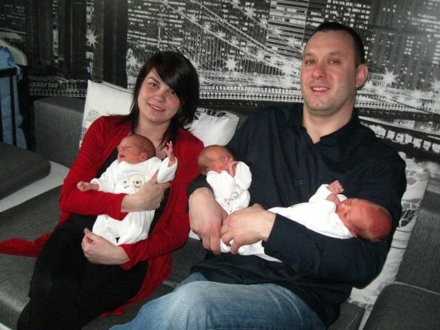 - Jesteśmy bardzo szczęśliwi, że urodziły nam się trojaczki - mówią Ewelina i Grzegorz Krygierowie. Na rękach mamy mały Jakub, a u tatusia - Julia i Milena.