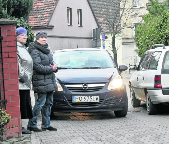 Teresa Kurzewa i Halina Klaus mieszkają na ulicy Zielnej od wielu lat. Teraz boją się wychodzić z posesji, bo mogą wpaść pod auto