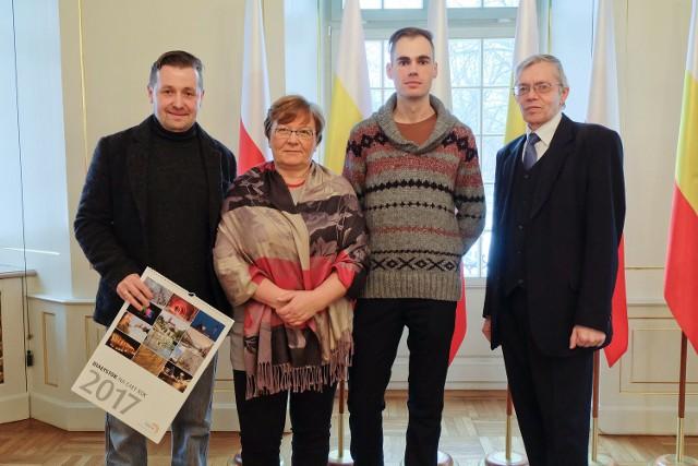 W kalendarzu są zdjęcia 10 autorów, wśród nich: Marka Mroza (od lewej), Ewy Kosackiej, Marcina Kuleszy i Andrzeja Trzcińskiego