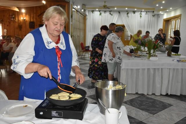Elżbieta Minda ze Stowarzyszenia Rozwoju Wsi Olszewka i Lubaszcz. To reprezentantki tego stowarzyszenia przygotowały zwycięskie danie