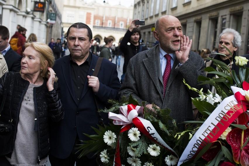 Bronisław Wildstein (z lewej) i Bogusław Sonik razem składali kwiaty pod tablicą pamięci Stanisława Pyjasa. Ale ostatnio coraz bardziej im razem nie po drodze...