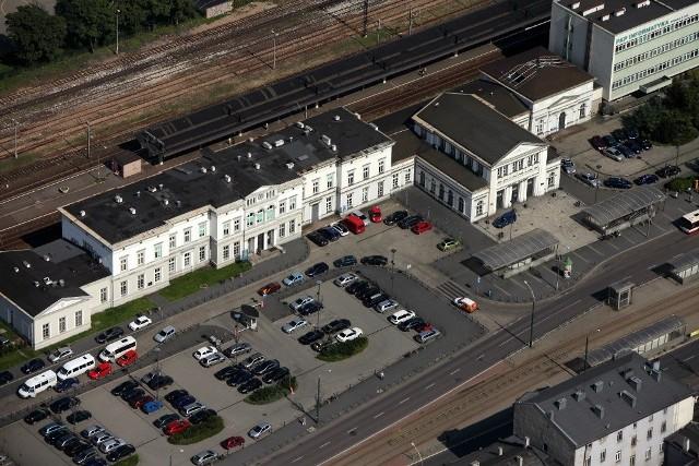 Dworzec Kolei Warszawsko-Wiedeńskiej w centrum Sosnowca jest reprezentacyjnym budynkiem. Plac przed nim to obecnie parking.Wizualizacje firmy Amaya Architekci pokazują, jak plac będzie wyglądał po przebudowie.Zobacz kolejne zdjęcia. Przesuwaj zdjęcia w prawo - naciśnij strzałkę lub przycisk NASTĘPNE
