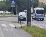 Hulajnogi porzucone na środku chodnika. Zobacz, jak nie parkować jednośladów