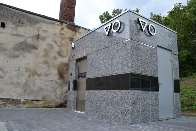 Nowoczesna toaleta na starym mieście w Bielsku-Białej stanęła przy ul. Kopernika. Urzędnicy tłumaczą, że nie było innej możliwości