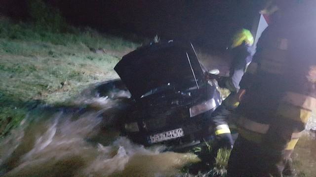 Strażacy wyciągali samochód z rowu.